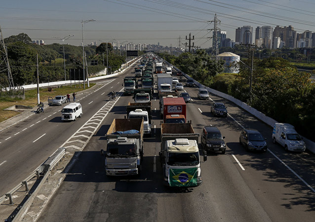 Caminhoneiros bloqueiam vias de São Paulo e de outros estados do Brasil em protesto contra alta dos combustíveis