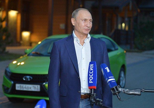 O presidente da Rússia, Vladimir Putin, fala com jornalistas depois de testar o novo carro Lada Vesta da empresa AVTOVAZ