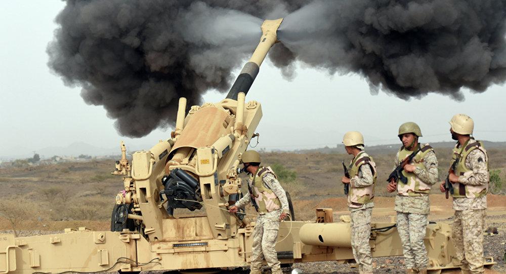 Artilharia do Exército saudita dispara contra o Iêmen a partir de um posto perto da fronteira saudita-iemenita, no sudoeste do país, em 13 de abril de 2015. A Arábia Saudita lidera uma coalizão de vários países árabes realizando ataques aéreos contra os rebeldes xiitas Huthis que invadiram a capital Sanaa em setembro e se expandiram para outras partes do Iêmen.