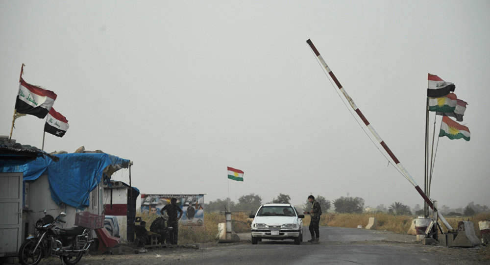Um posto de controle na entrada de um acampamento das forças do Curdistão iraquiano na província de Kirkuk, no norte do Iraque.