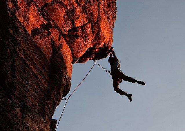Homem subindo montanha