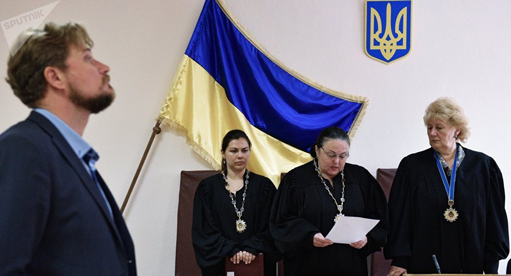 Advogado Valentin Rybin (à esquerda) durante julgamento em um tribunal de Kiev (arquivo)