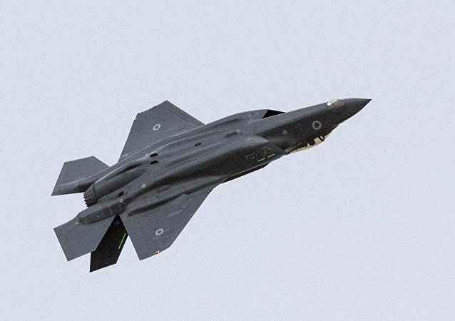 Caça F-35 Lightning II da Força Aérea de Israel se apresenta durante show aéreo na cerimônia de formatura dos pilotos na base de Hatzerim, perto da cidade de Berseba, 27 de dezembro de 2017