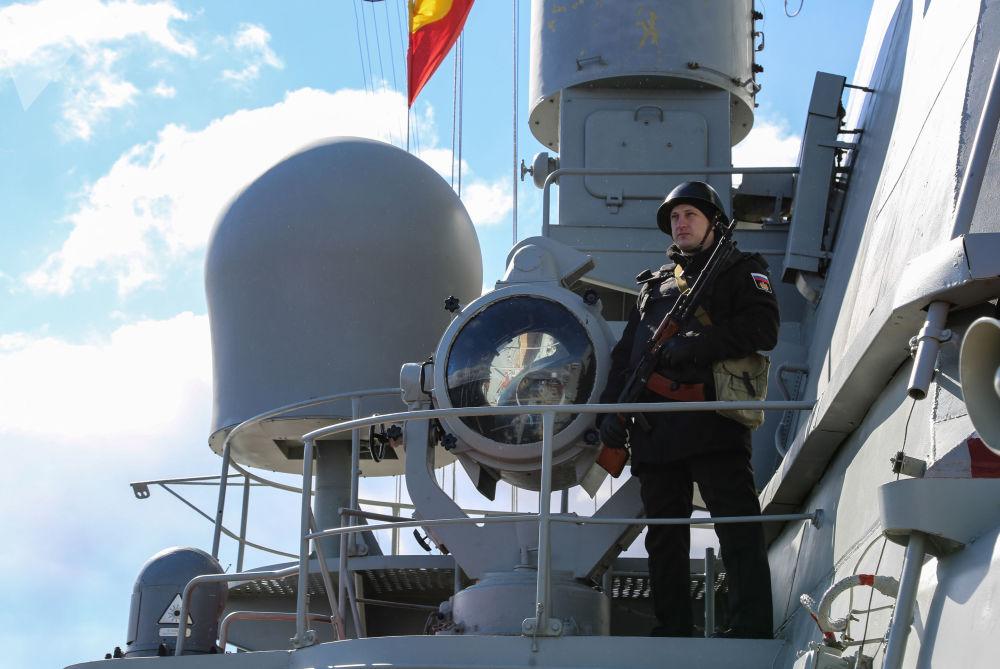 Militar com fuzil em um navio militar durante as manobras anuais da Frota do Norte