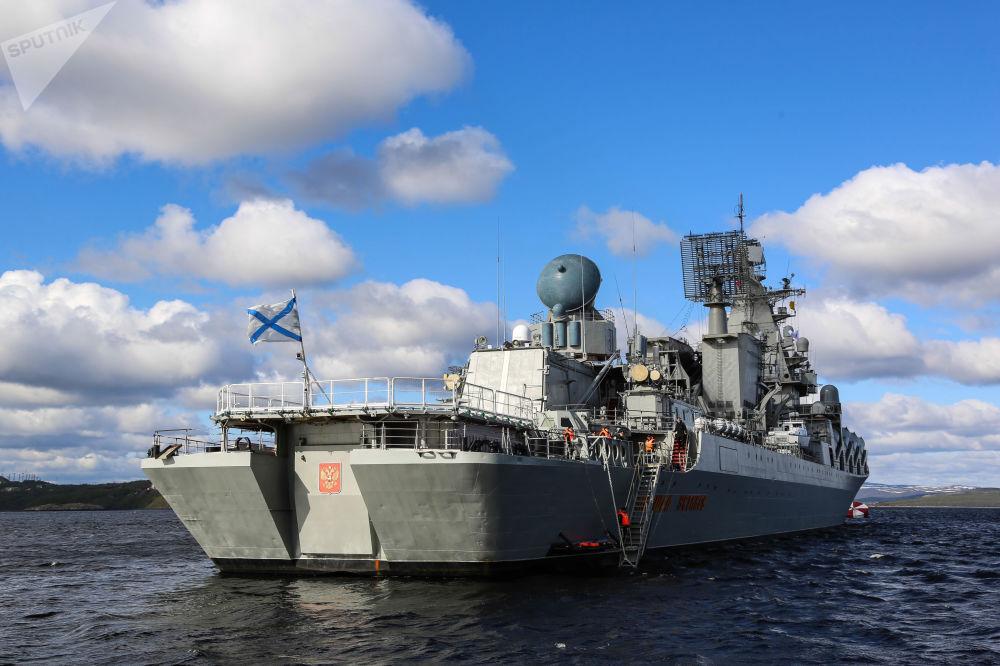 O cruzador de mísseis Marshal Ustinov participando das manobras da Frota do Norte da Federação da Rússia