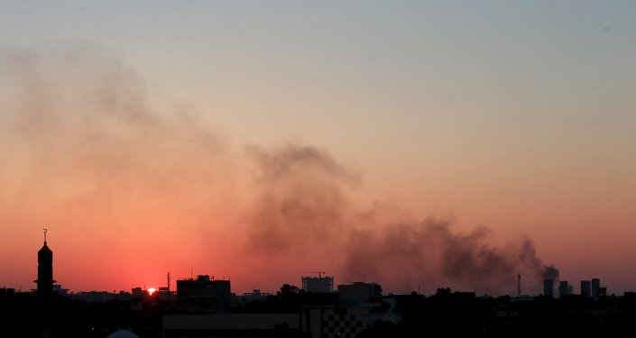 Nuvens de fumaça negra no céu em meio a confrontos entre facções rivais da Líbia em Benghazi (arquivo)