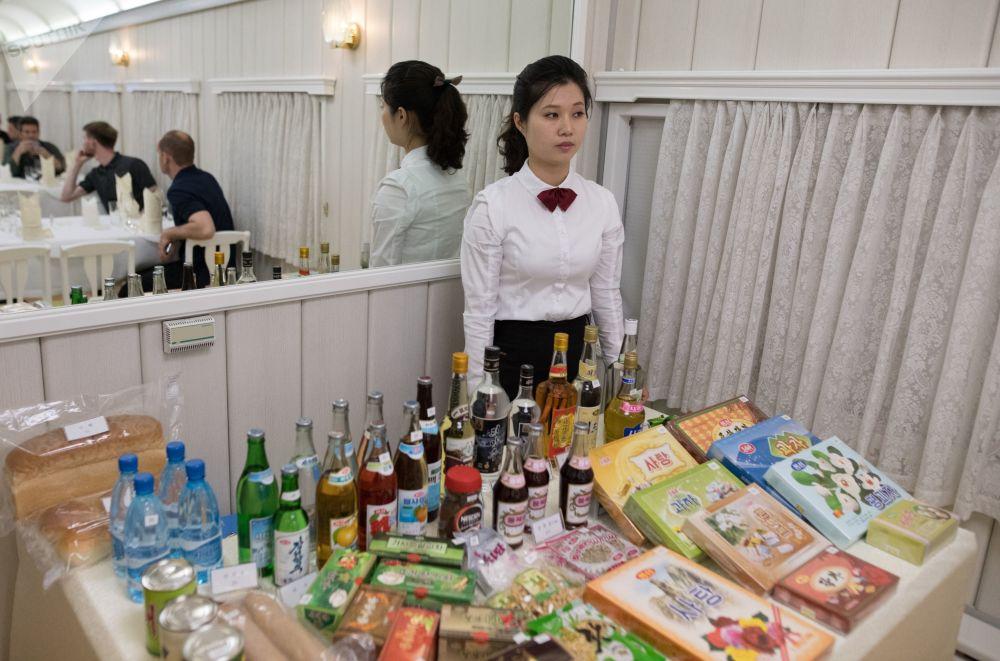 Garçonete no vagão do restaurante do trem, no qual jornalistas foram assistir à destruição do polígono nuclear de Punggye-ri, no norte da Coreia do Norte