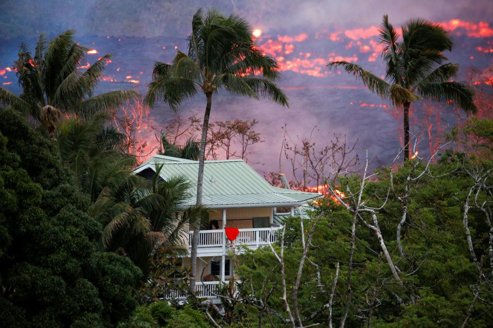 Fluxos de lava perto de uma casa nos arredores de Pahoa durante erupção do vulcão Kilauea, no Havaí