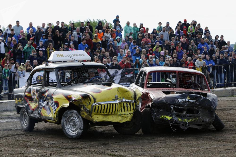 Participantes de luta de carros na cidade russa de Yaroslavl