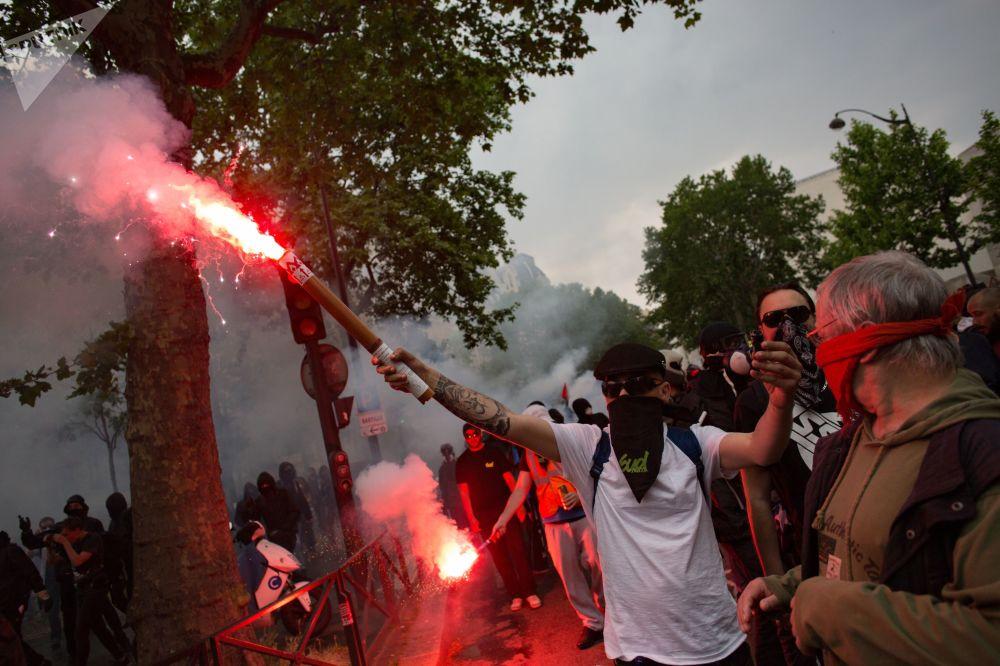 Participantes da manifestação contra as reformas sociais econômicas do presidente francês Emmanuel Macron