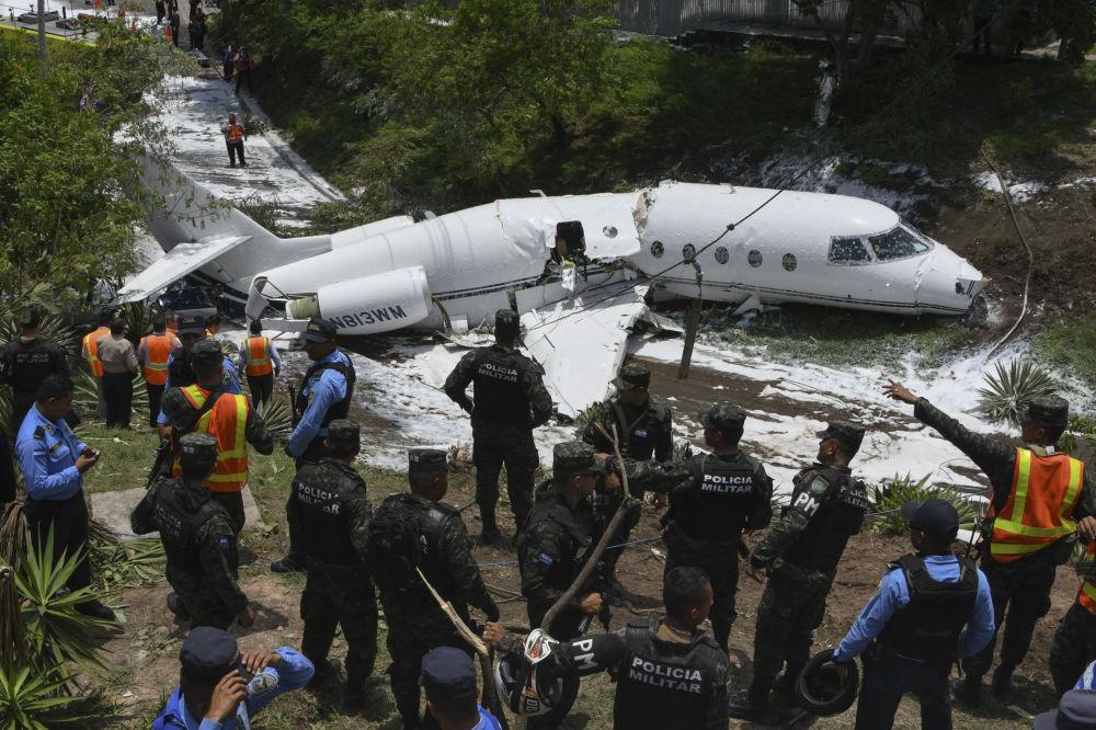 Polícia e equipes de resgate trabalham no Aeroporto Internacional de Toncontín, onde caiu na pista um avião privado norte-americano, Honduras