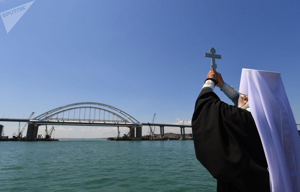 Sacerdote benze a Ponte da Crimeia, que atravessa o estreito de Kerch e liga a península com o território principal da Rússia