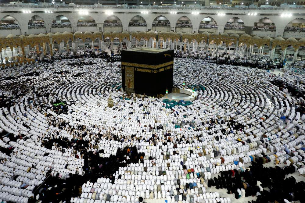 Muçulmanos rezam ao redor da Caaba, pedra sagrada que fica na mesquita de Al Masjid Al-Haram, no mês de Ramadã em Meca, Arábia Saudita