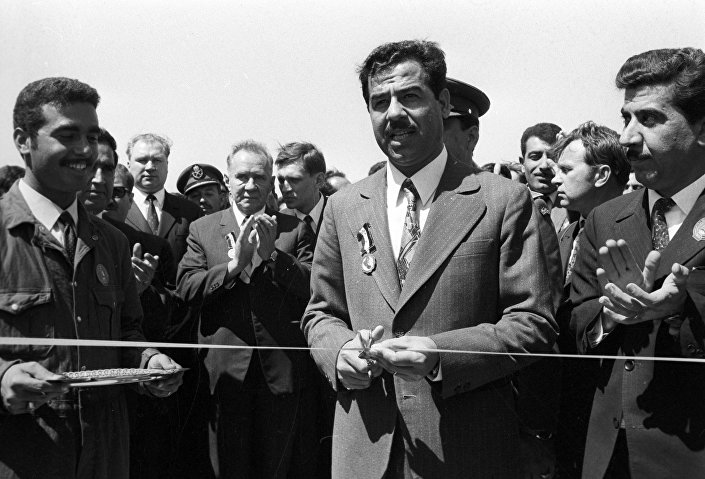 O presidente do Conselho de Ministros da URSS, Aleksey Kosygin, e o vice-presidente do Conselho do Comando Revolucionário do Iraque, Saddam Hussein, durante a cerimônia de abertura de uma instalação petroleira