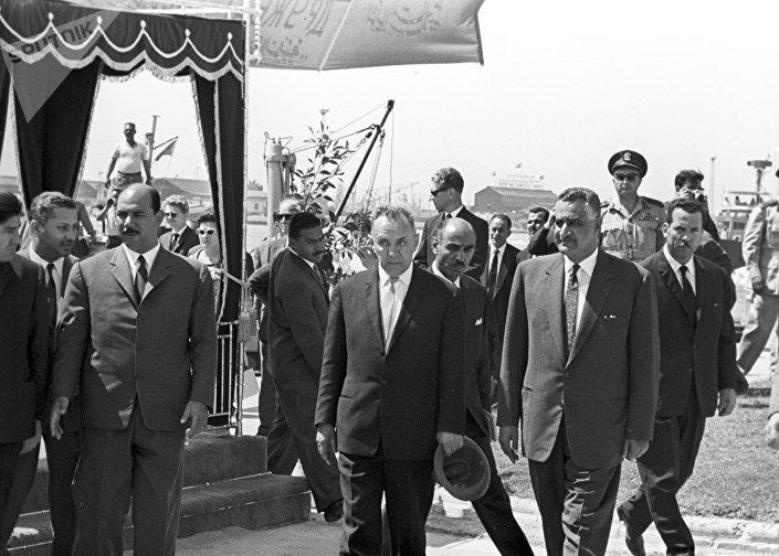 O presidente do Conselho de Ministros da URSS, Aleksey Kosygin, e o líder do Egito, Gamal Abdel Nasser