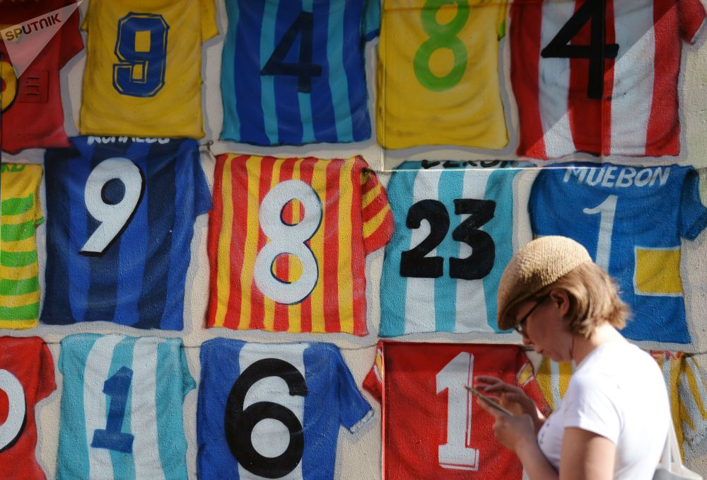 Grafite dedicado à Copa do Mundo 2018 mostra camisas de jogadores de futebol