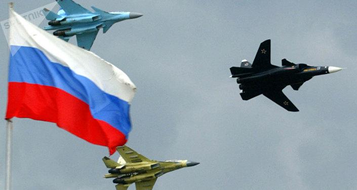 Caças reativos russos Su-47 (à direita), Su-35 e Su-30 durante o Salão Aeroespacial Internacional MAKS em Zhukovsky