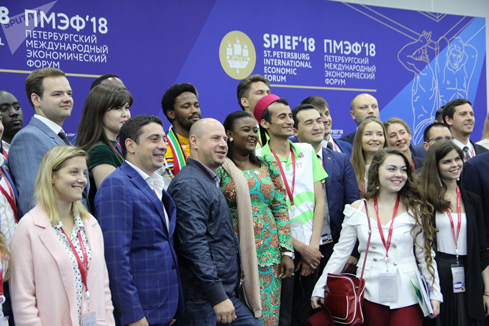 Representantes do grupo Future Team no Fórum Econômico Internacional de São Petersburgo (SPIEF), em 26 de maio de 2018
