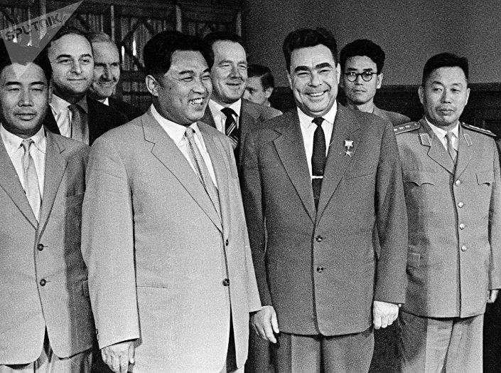 Kim Il-sung e Leonid Brezhnev