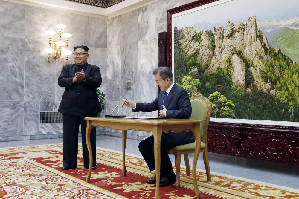 O encontro entre os dois líderes decorreu um dia após o presidente dos EUA, Donald Trump, ter ameaçado cancelar a cúpula com Pyongyang, marcada para 12 de junho
