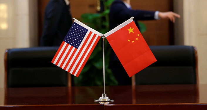 Bandeiras chinesa e norte-americana.