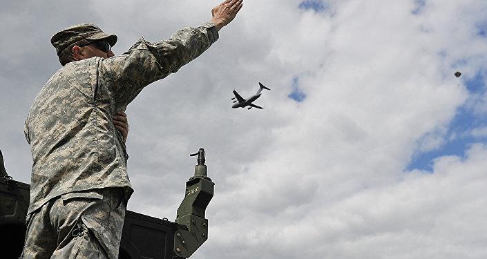 Soldado norte-americano gesticulando enquanto as Tropas Autotransportadas dos EUA e Polônia saltam em exercícios conjuntos (foto de arquivo)