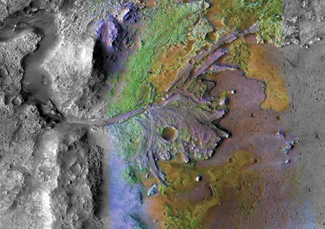 Imagem colorida da foz da Cratera Jezero em Marte, onde antes havia um lago