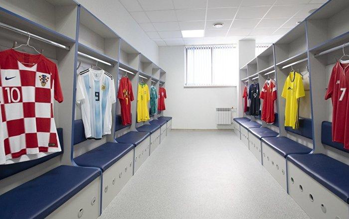 Camisas de equipes internacionais no vestiário da seleção russa de futebol