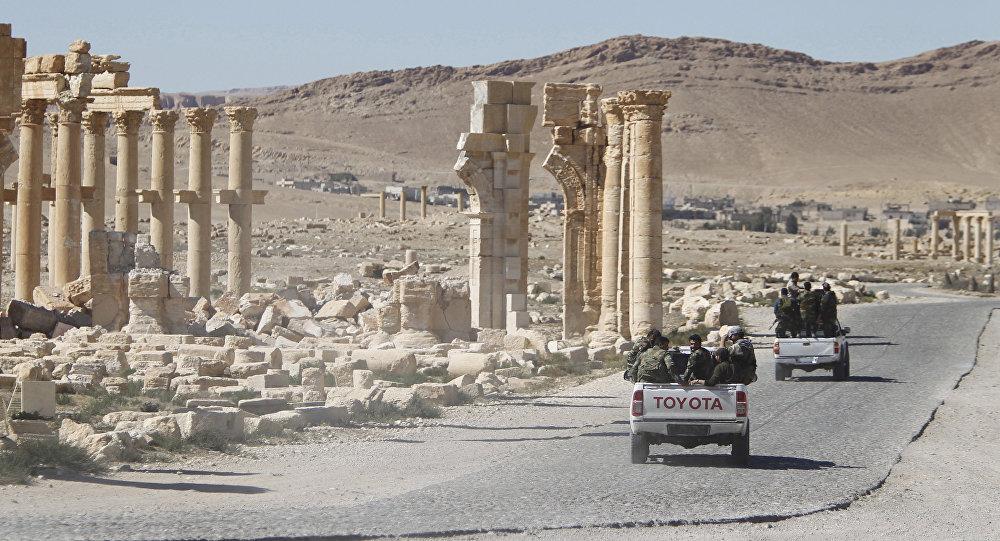 Soldados do Exército da Síria dirigem através do Arco do Triunfo da cidade histórica de Palmira, em Homs, Síria (imagem de arquivo)
