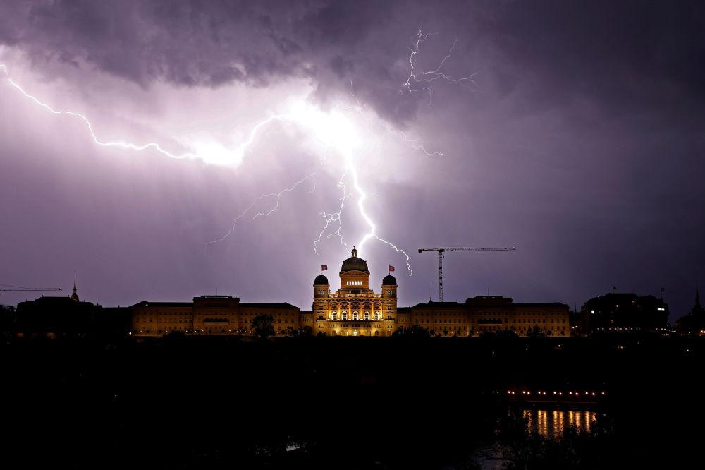 Relâmpago no céu sobre o Palácio Federal da Suíça, sede do governo do país, na cidade de Berna