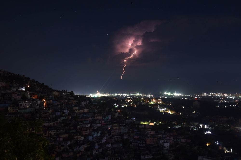Trovoada matinal na costa da capital haitiana, Porto Príncipe
