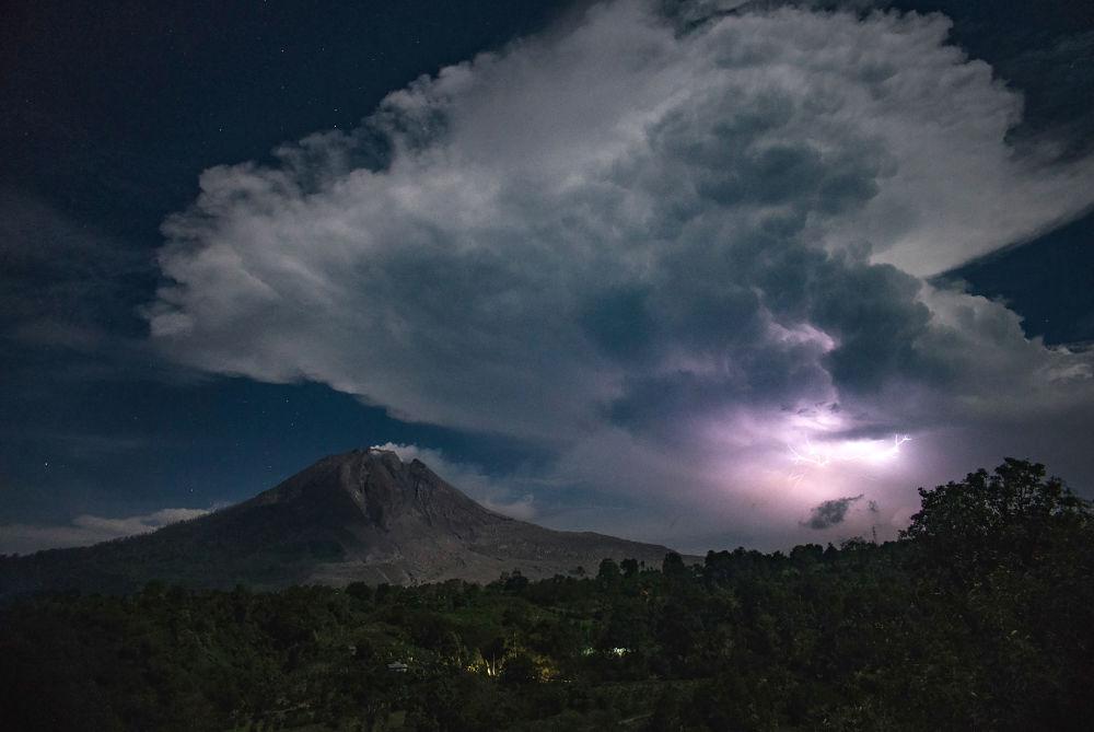 Relâmpagos são vistos no céu sobre o vulcão Sinabung, no planalto de Karo, na Indonésia