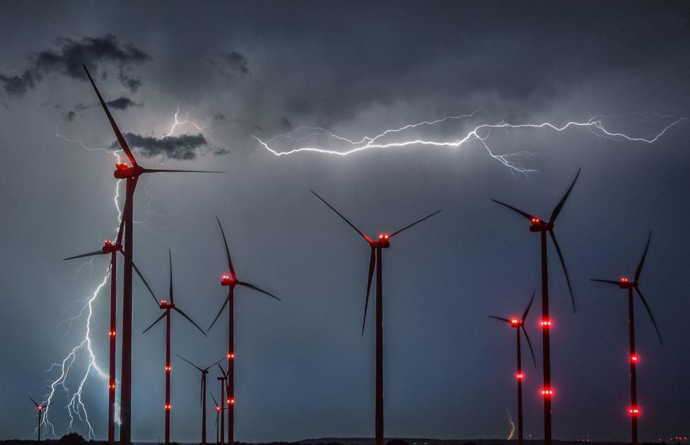 Relâmpagos são vistos entre moinhos de vento no leste da Alemanha
