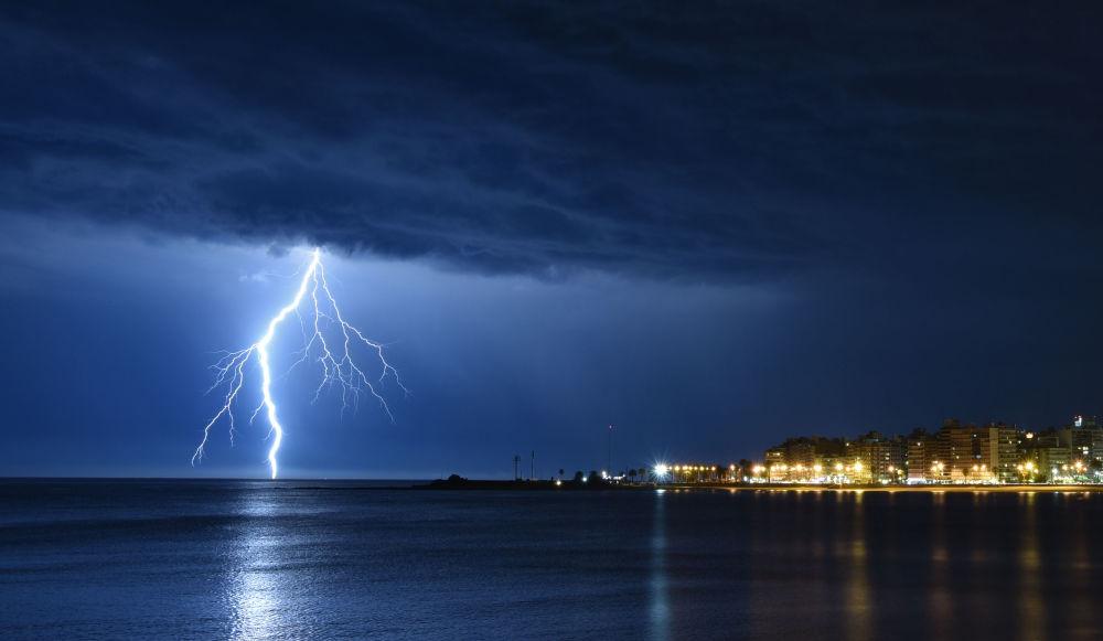 Relâmpago ilumina o céu sobre a costa de Montevideo, no Uruguai