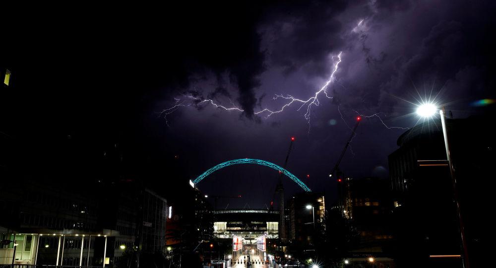 Relâmpagos são vistos no céu sobre o Estádio de Wembley, em Londres