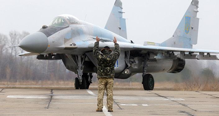 Caça ucraniano MiG-29 estaciona na base aérea de Vasilkov perto de Kiev, Ucrânia, 23 de novembro de 2016