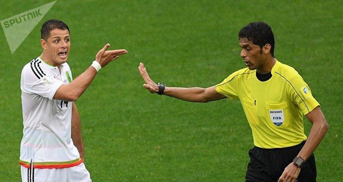 Árbitro saudita Fahad Al-Mirdasi com o atacante mexicano Chicharito Hernández durante a partida de disputa pelo terceiro lugar da Copa das Confederações 2017, entre Portugal e México