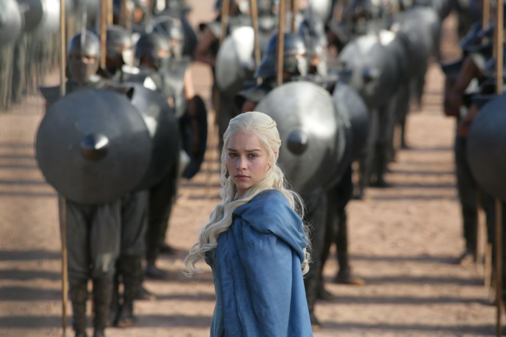 Atriz Emilia Clarke interpretando Daenerys Targaryen na série de TV Game of Thrones