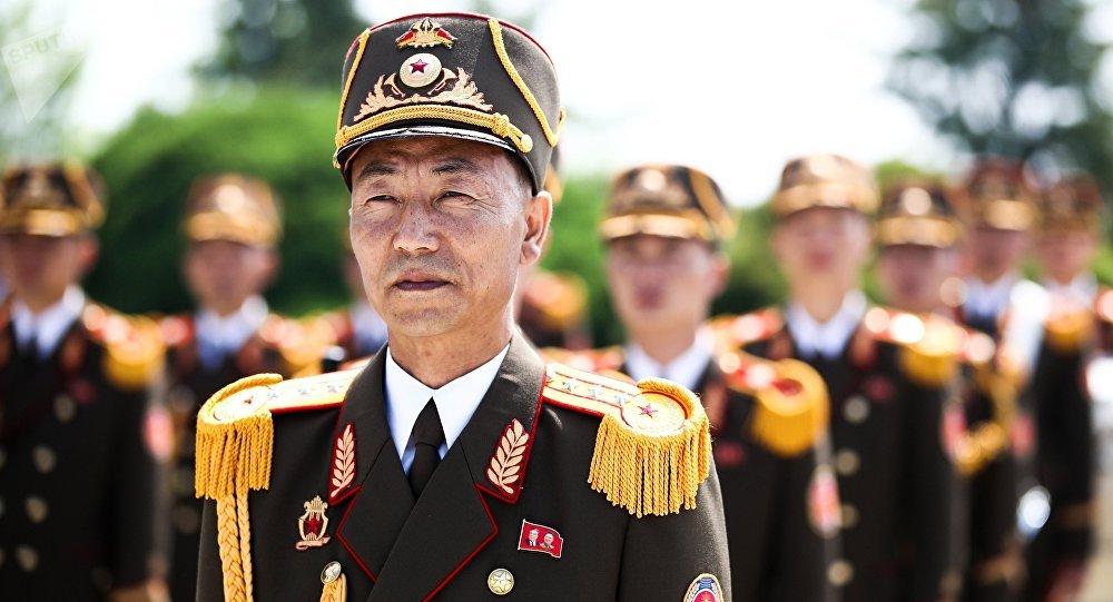 Guarda de honra durante visita do chanceler russo, Sergei Lavrov, a Pyongyang