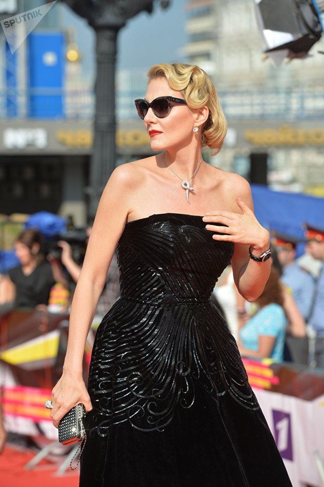 Atriz e diretora russa, Renata Litvinova, comparecendo à cerimônia de encerramento do Festival Internacional de Cinema de Moscou