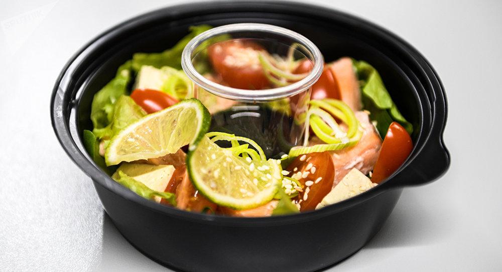Salada com salmão do delivery Fresh Diets em Volgogrado