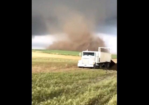 Tornados atacam fazendeiro nos Estados Unidos