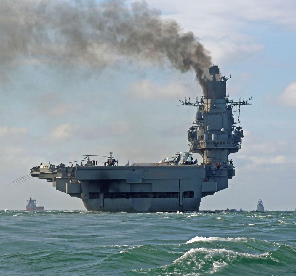 Cruzador porta-aviões pesado Admiral Kuznetsov durante a passagem do grupo aeronaval da Frota do Norte pelo canal da Mancha