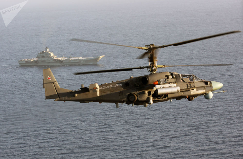 Helicóptero Ka-52K e cruzador porta-aviões pesado Admiral Kuznetsov no mar Mediterrâneo