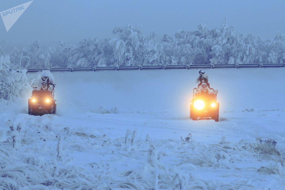Militares da 61ª brigada independente de fuzileiros navais da Frota do Norte durante exercícios na base Sputnik na região de Murmansk