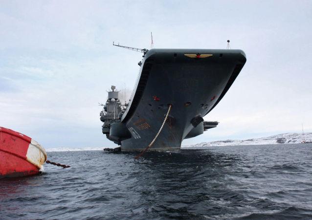 Cruzador porta-aviões pesado Admiral Kuznetsov no porto de Severomorsk