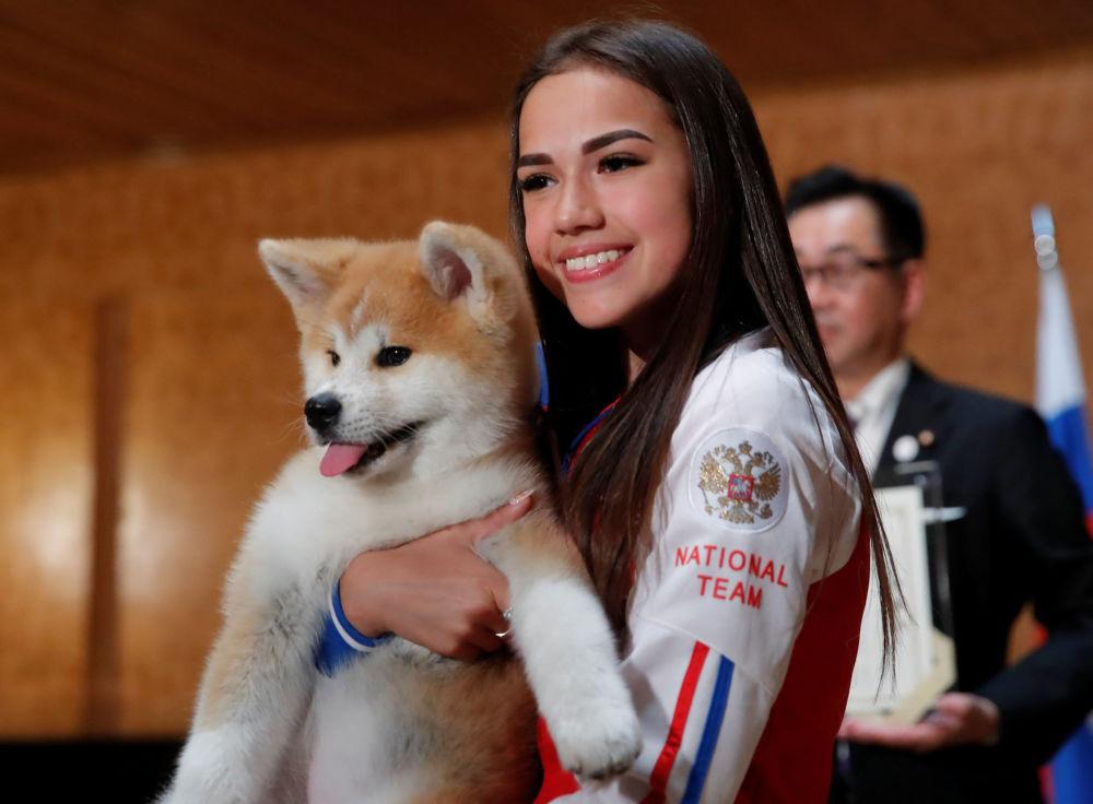 Patinadora artística e campeã olímpica russa, Alina Zagitova, posa com cachorrinho da raça Akita Inu que lhe foi presenteado pela delegação japonesa, em Moscou