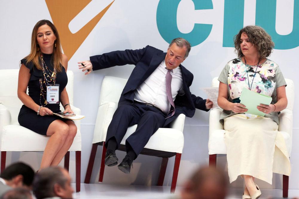Candidato à presidência do México, José Meade Kuribreña, cai da poltrona durante seu encontro com cidadãos, na Cidade do México