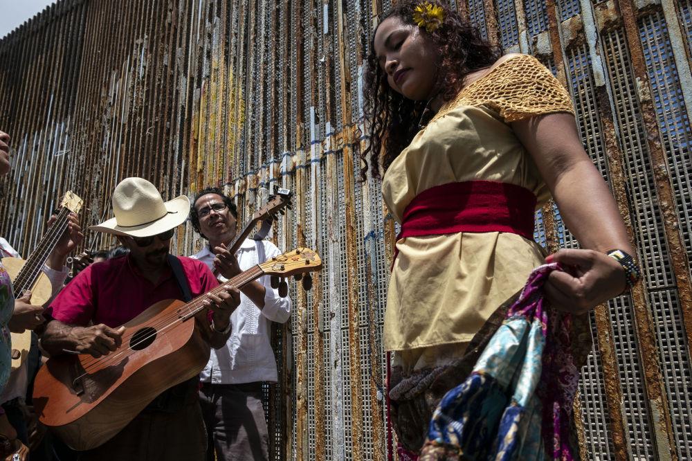 Músicos e dançarinos participam do evento anual Fandango Fronterizo no Parque da Amizade, na fronteira entre os EUA e México