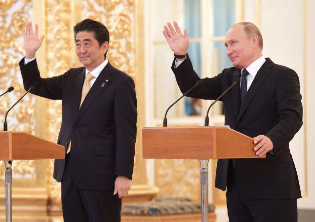 Premiê japonês, Shinzo Abe, e o presidente russo, Vladimir Putin, durante reunião no Kremlin, em Moscou (arquivo)